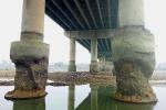 Trung Quốc: Nước sông rút lộ móng cầu bị hư hại kỳ quái
