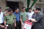 Video: Bí thư Thành ủy Hà Nội lội nước trao quà cho dân vùng ngập Chương Mỹ