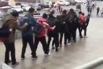 Sinh viên Trung Quốc 'nối đuôi' nhau lướt trên đường đóng băng tới trường