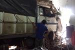 Xe tải lao đầu vào nhà dân lúc rạng sáng, 2 người bị thương