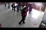Clip cô giáo đánh đập thậm tệ bé mầm non chỉ vì múa sai gây phẫn nộ
