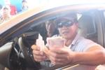 Video: Tài xế loay hoay kiếm tờ 200 đồng bị rớt ở BOT Sóc Trăng