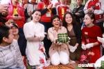 Ảnh: Hoa hậu H'hen Niê gói bánh chưng tặng trẻ em vùng cao Sơn La