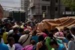 Chấn động cảnh người Venezuela chặn xe chở bột mỳ vì quá đói