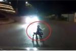 Người lớn bất cẩn để em bé ngồi xe lắc ra giữa đường tối, suýt bị xe tông