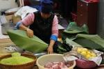 Ảnh: Dân chung cư Hà Nội tự gói, nấu bánh chưng xuyên đêm ăn Tết