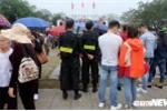 Hang van du khach do ve Bac Ninh du Hoi Lim, doi mua nghe dan ca quan ho hinh anh 6