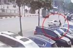 Clip: Khoảnh khắc xe Audi tông bay người đi bộ, húc đổ cột đèn trên phố Hà Nội