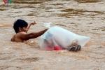 Học sinh chui túi nilon vượt suối đến trường ở Điện Biên: Sẽ xây cầu dân sinh vượt suối Nậm Chim