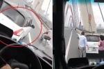 Clip: Nữ tài xế lái ô tô tạt đầu xe khách kiểu 'cảm tử' trên cầu Nhật Tân
