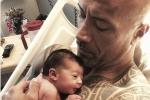 Tài tử The Rock khoe con gái vừa chào đời