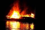 Tàu cá phát hỏa, 14 ngư dân nhảy xuống biển giữa đêm