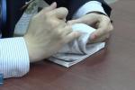 Nhân viên ngân hàng Trung Quốc khoe tuyệt kỹ đếm tiền 'thần sầu'