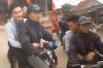 Thủ môn U23 Việt Nam bỏ ô tô, quyết cùng bố đi xe máy về nhà