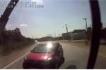 Clip: Ô tô con phóng nhanh lấn làn ở khúc cua, tông trực diện xe khách