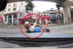 Clip: Mẹ đèo con nhỏ đi ngược chiều, va vào ô tô ngã văng trên phố