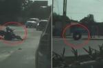 Clip: Lốp xe vô chủ lăn lông lốc trên đường, gây tai nạn rồi 'bỏ chạy'