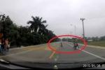 Clip: Thót tim cảnh bé trai băng qua đường suýt lao vào đầu ô tô