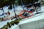 Container gỗ bị lật, người đàn ông đi xe máy thoát chết trong gang tấc