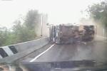 Tài xế hoảng loạn, cho xe đi lùi tránh xe tải bị lật đang lao đến