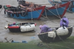 Ảnh: Dân liều mình ra biển cứu tàu thuyền trong cơn cuồng phong bão số 10