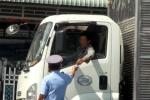 Cán bộ xã ngang nhiên thu phí 'mãi lộ' của tài xế xe tải