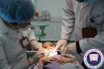 Vì sao không nên tự nhổ răng sữa cho bé?