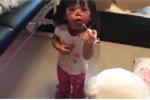 Hết hồn clip 2 bé gái nghịch trộm son phấn của mẹ