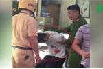 Clip: Công an khống chế, bắt nghi phạm cướp tiệm vàng trong đêm ở Hà Nội