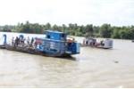 Sà lan đâm tàu chở cát, 2 mẹ con mất tích trên sông Sài Gòn