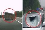 Clip: Mảnh sắt lớn văng xuyên kính chắn gió ô tô đang chạy, 1 người chết thảm