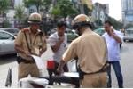 Video: Xử phạt hàng loạt lái xe dừng đỗ trước cổng Bệnh viện Bạch Mai