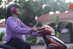 Cụ bà 93 tuổi thích chụp ảnh 'tự sướng', biết đi xe máy và cực xì tin