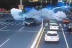 Ôtô phát nổ như bom giữa giao lộ đông đúc