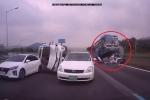 Kinh hoàng xe khách chồm lên, cày nát loạt ô tô con trên cao tốc