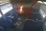 Gã thanh niên thản nhiên đốt xe buýt bị camera ghi lại