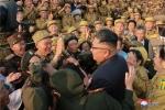 Nha lanh dao Kim Jong-un gap go va tri an cac cuu chien binh Trieu Tien hinh anh 3