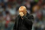 Thua ê chề, HLV Argentina cầu xin cổ động viên tha thứ