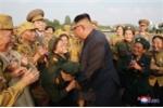 Nha lanh dao Kim Jong-un gap go va tri an cac cuu chien binh Trieu Tien hinh anh 4