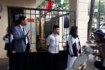 Hiệu trưởng đứng chào học sinh tại cổng trường: Thói quen nhỏ xoá nhoà khoảng cách thầy trò