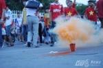 Pháo đỏ rực Mỹ Đình trước giờ U19 Việt Nam quyết đấu