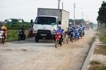 Xem xe máy, ô tô luồn lách như thi vượt chướng ngại vật trên con đường xuống cấp ở thủ đô