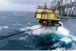 Video: Nhà giàn DK1 chống chọi sóng biển khủng khiếp trong bão số 16