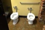Cười rụng rốn với loạt ảnh nhà vệ sinh theo phong cách 'couple'