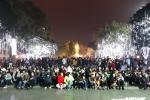 Người dân đổ ra đường đón năm mới Mậu Tuất 2018