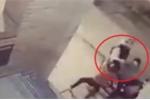 Clip: Cô bé 11 tuổi ra tay cứu mẹ khiến tên cướp phải tháo chạy