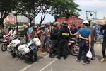 Clip: Người mặc đồ cảnh sát cơ động 'lên gối' với học sinh giữa đường