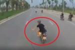 Clip: Phẫn nộ nam thanh niên đánh võng trước đầu xe tải, thách thức tài xế