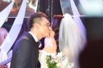 Khắc Việt hôn đắm đuối vợ hot girl trong tiệc cưới lãng mạn