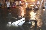 Phố Tây Tạ Hiện ngập nặng sau mưa lớn, xe máy ngâm nước la liệt